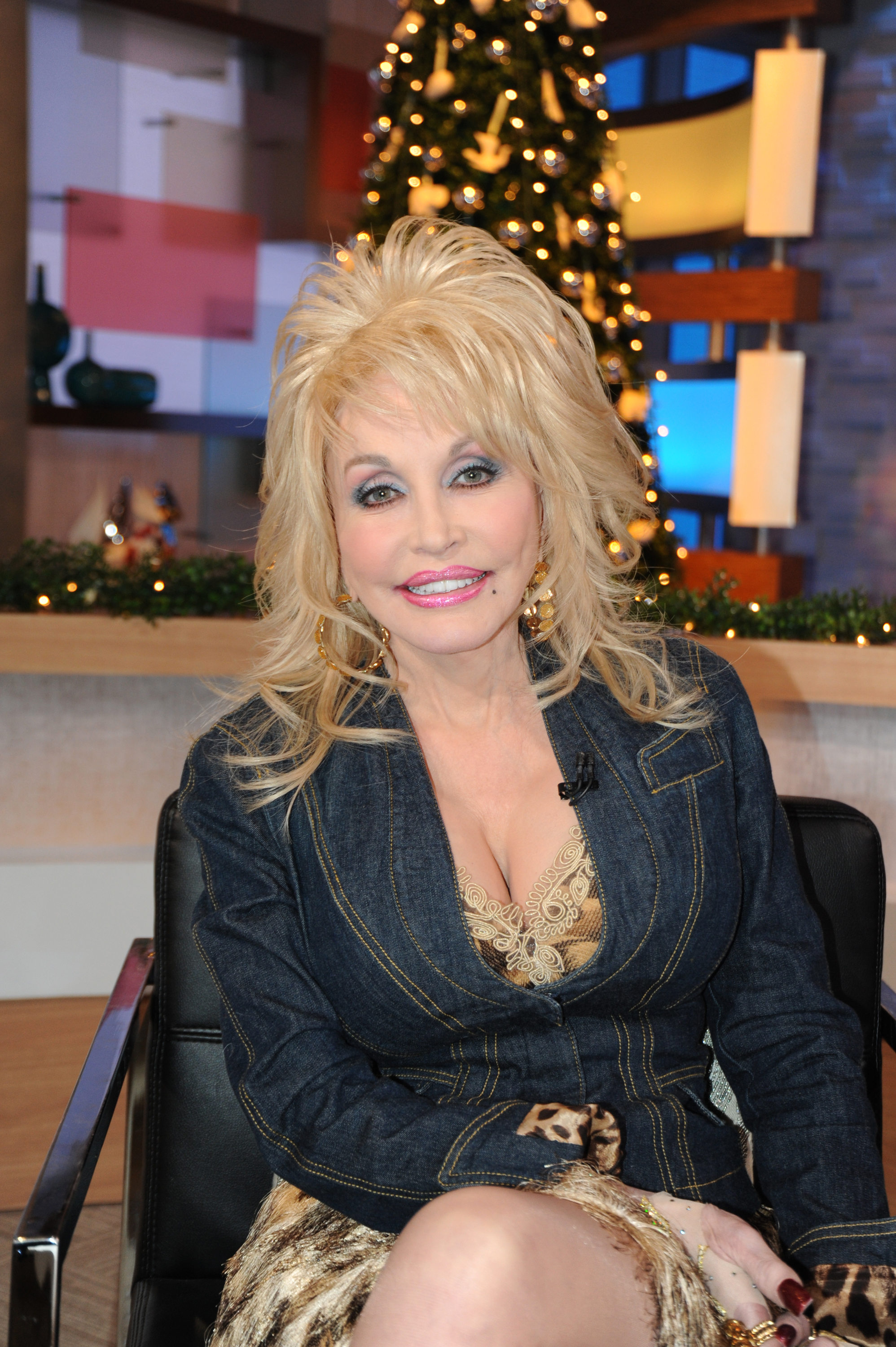 """Dolly Parton Reveals: """"I'm Getting Married Again"""" - Closer Weekly"""