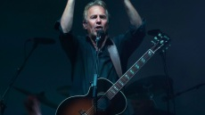 kevin-costner-on-tour-with-band
