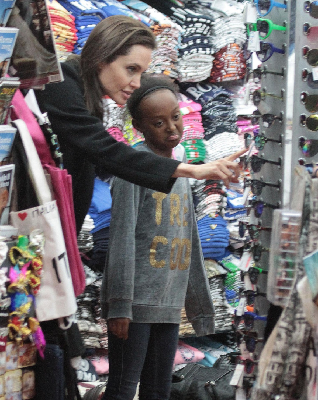 angelina jolie kids shopping 1