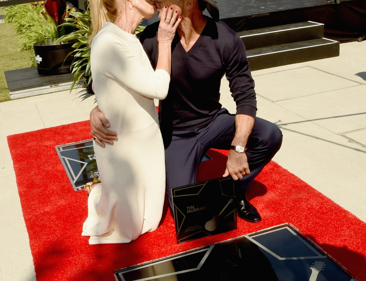 tim mcgraw and faith hill kissing getty images