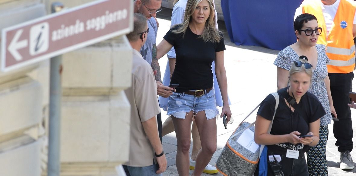 jennifer on the set of 'murder mystery.' (photo credit: getty images)