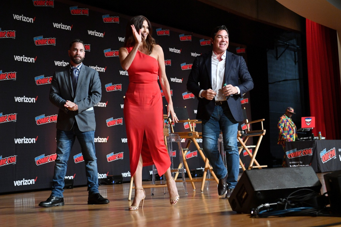 lois-and-clark-teri-hatcher-dean-cain-on-stage