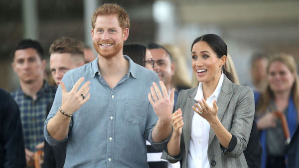 prince harry and meghan markle have a cute pda moment in the australia rain https www closerweekly com posts prince harry meghan markle umbrella pda