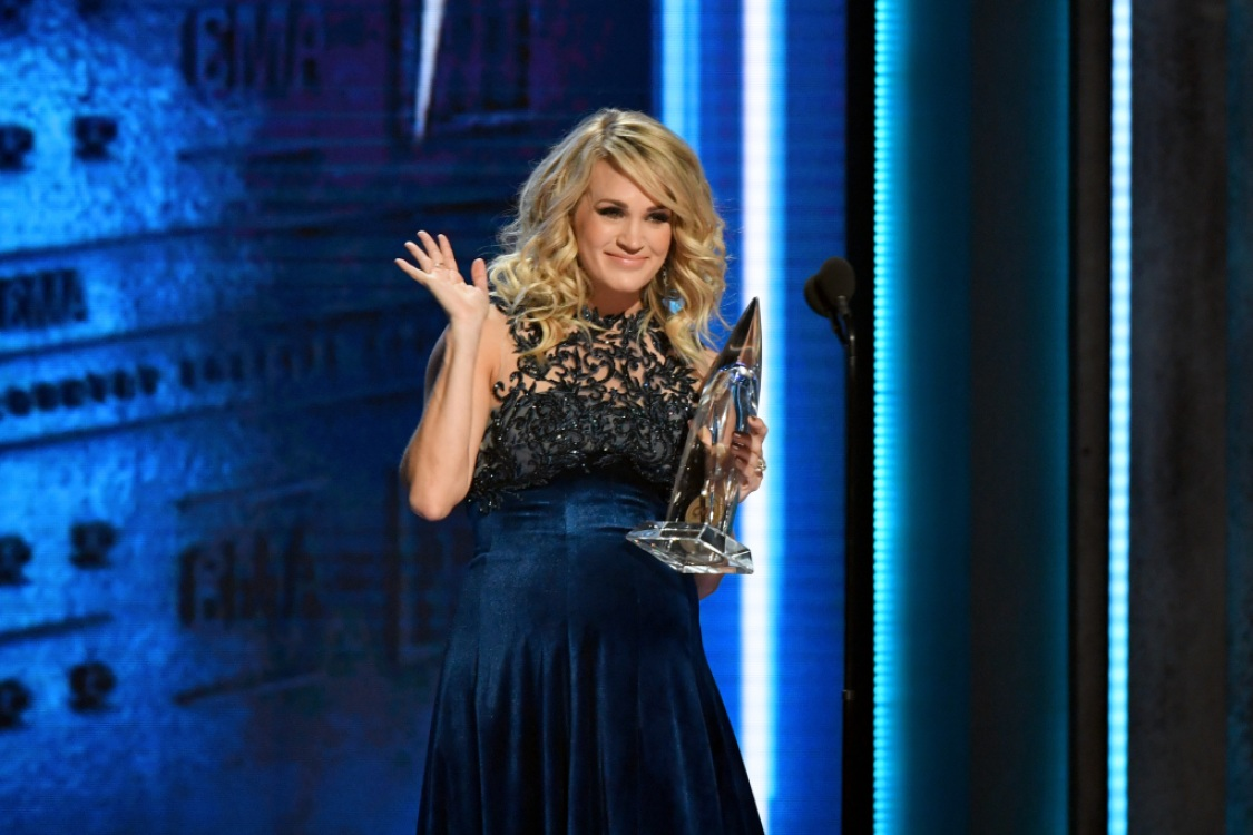 carrie-underwood-cmas-female-vocalist-of-the-year