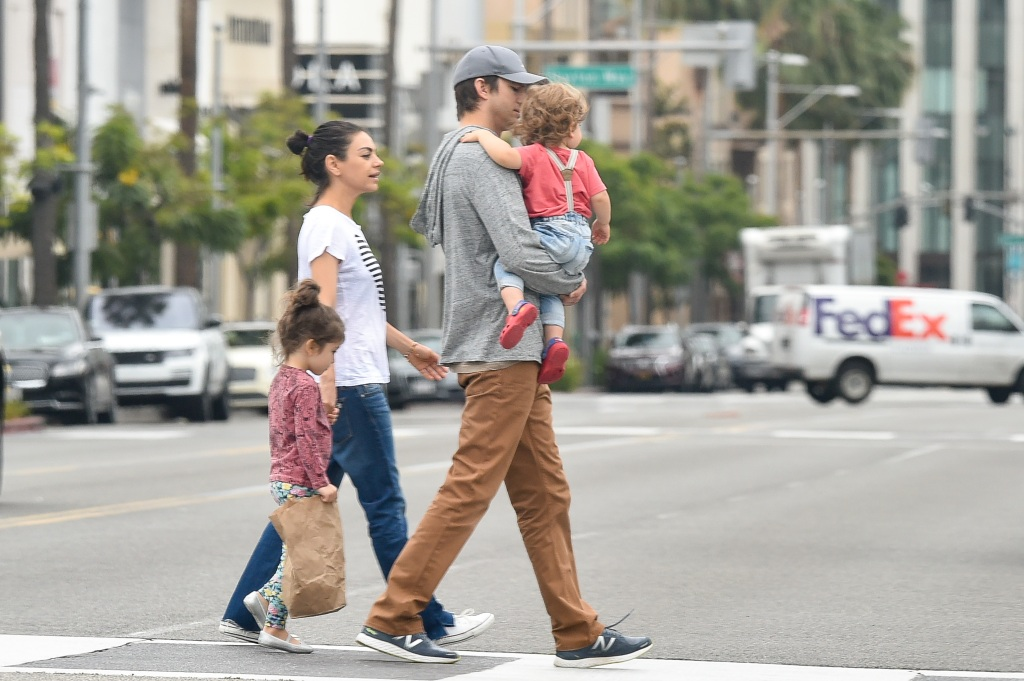 ashton-kutcher-mila-kunis-family