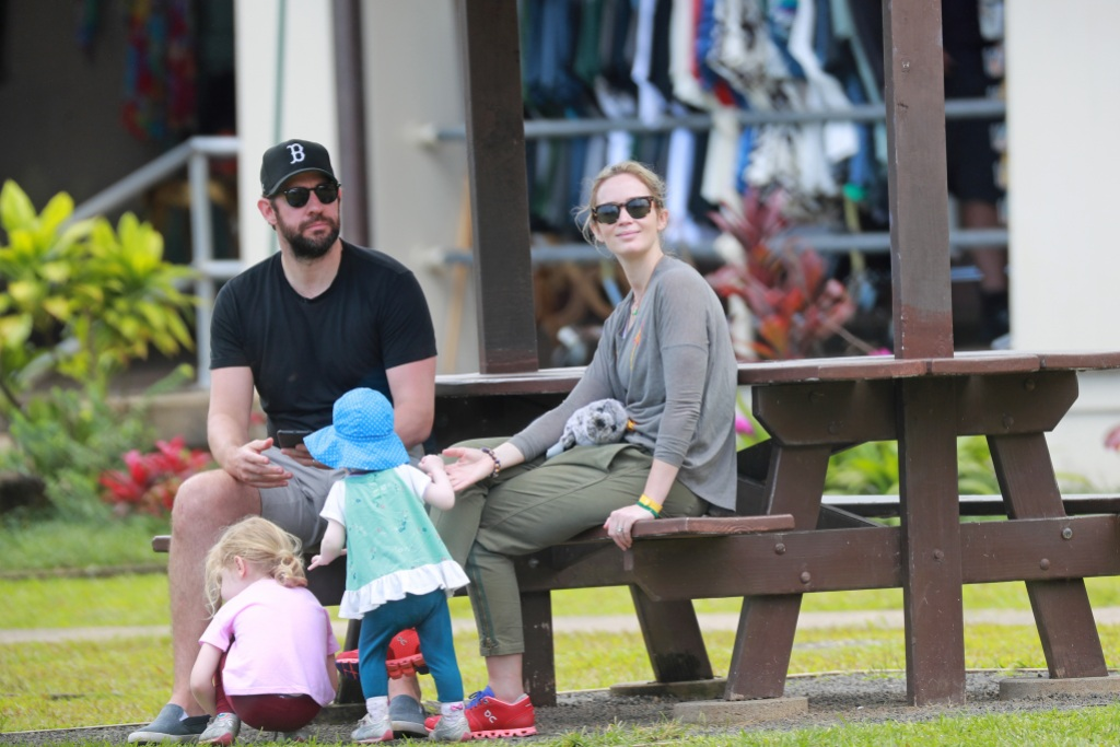 john-krasinski-emily-blunt-daughters-hawaii