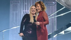 kelly-clarkson-dark-purple-sequin-dress-reba-mcentire-red-dress-cma-awards