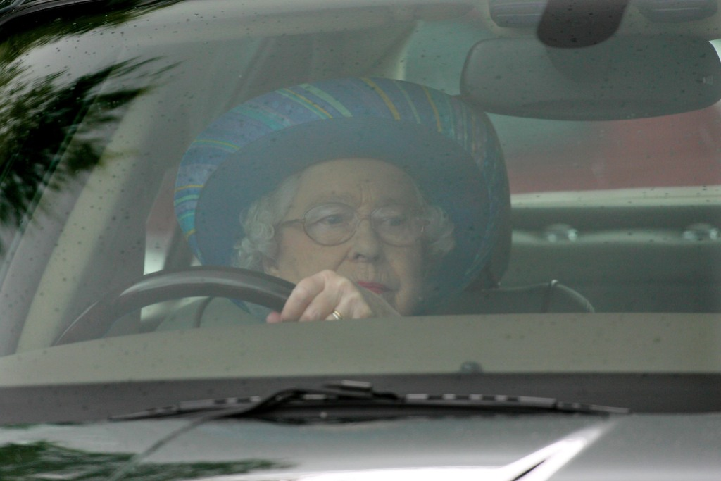 queen-elizabeth-driving
