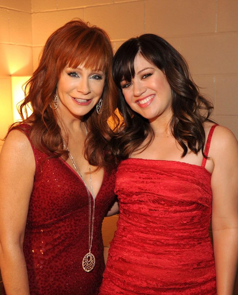 reba-mcentire-red-dress-kelly-clarkson-red-dress-cma-awards-2012.