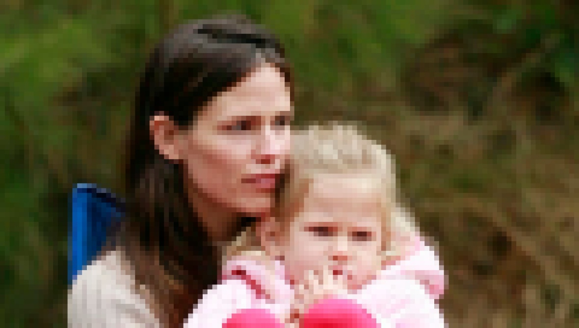 jennifer-garner-violet-affleck-soccer-game-2010