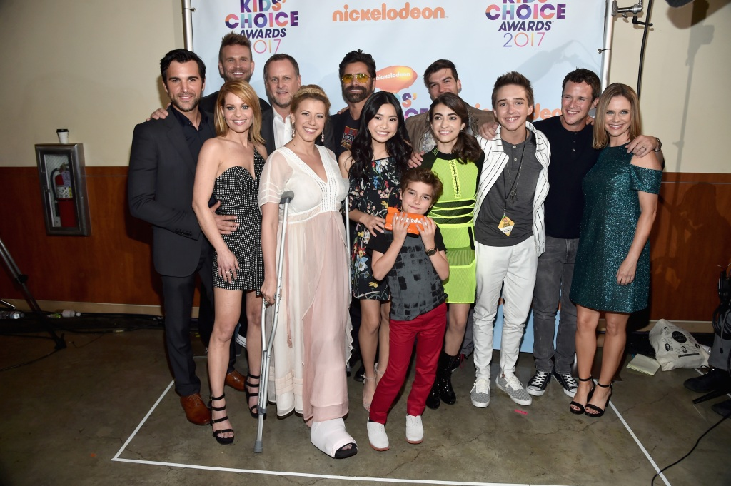The cast of Fuller House backstage after winning the award for Favorite Family TV Show at Nickelodeon's 2017 Kids' Choice Awards