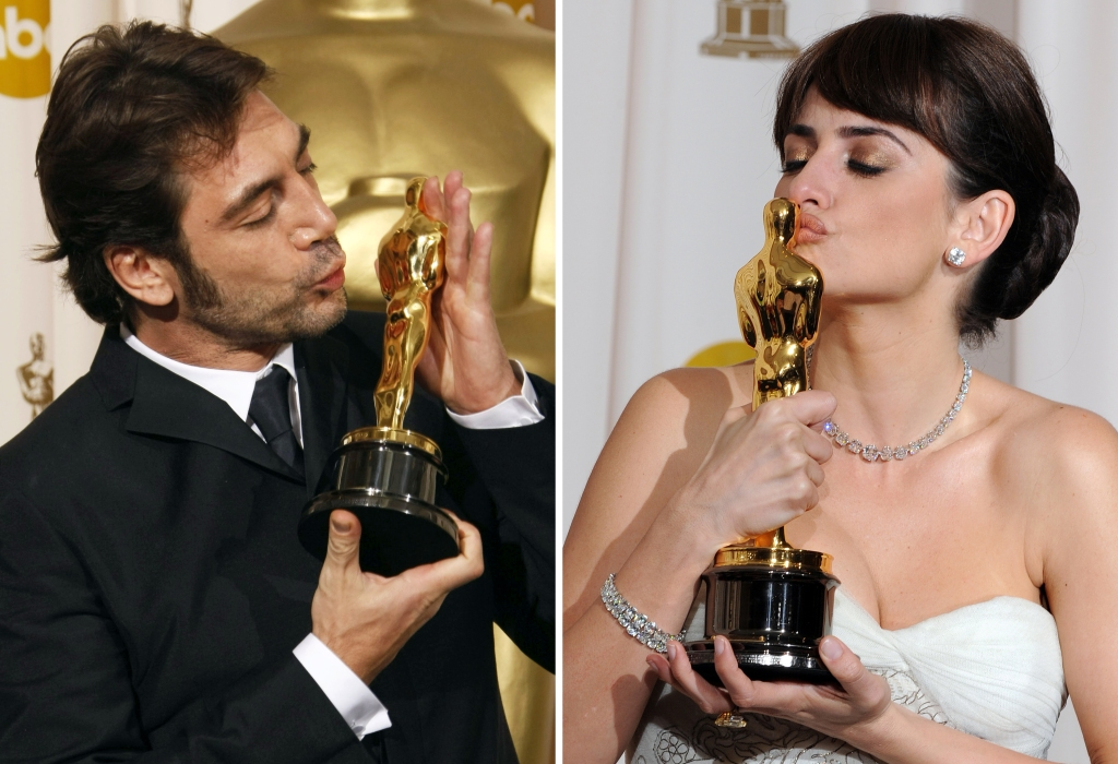 """A combination of two pictures shows (FromL) Javier Bardem kissing his Oscar for Best Supporting Actor in """"No Country For Old Men"""" on February 24, 2008 and Penelope Cruz kissing her Oscar for Best Supporting Actress for """"Vicky Cristina Barcelona"""""""