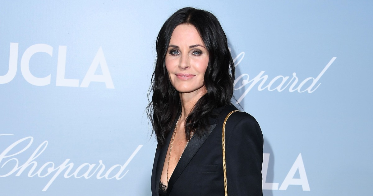 Courteney Cox Pays Visit to Old 'Friends' Apartment in