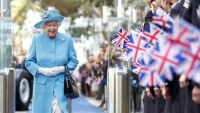 queen-elizabeth-visits-british-airways-to-mark-the-centenary-year