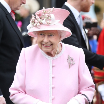 queen-elizbaeth-accepts-flowers-from-blogger-at-royal-garden-party-at-buckingham-palace