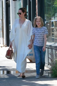 angelina-jolie-vivienne-jolie-pitt-shopping-los-feliz-los-angeles-california2