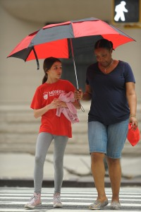 suri-cruise-rainy-new-york-city-walk7