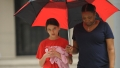 suri-cruise-rainy-new-york-city-walk7