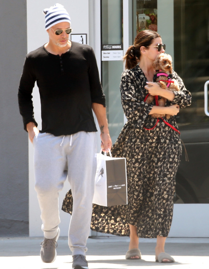 Bryan Randall and Sandra Bullock with their new dog