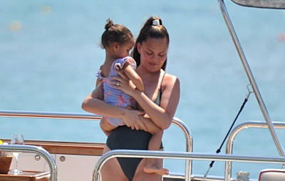 chrissy-teigen-daughter-luna-fun-in-sun-italy-vacation