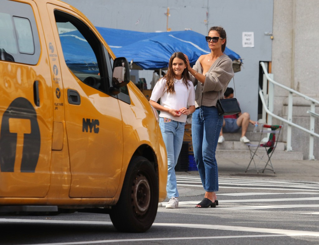 katie-holmes-shows-off-skin-while-hailing-nyc-cab-with-daughter-suri