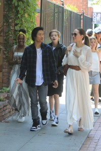 angelina-jolie-eats-lunch-with-kids-los-angeles
