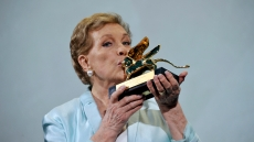 julie-andrews-recieves-golden-lion-Lifetime-Achievement-Award-Venice-Film-Festival