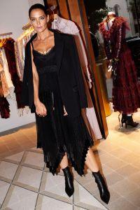 katie-holmes-sports-slicked-back-ponytail-new-york-fashion-week