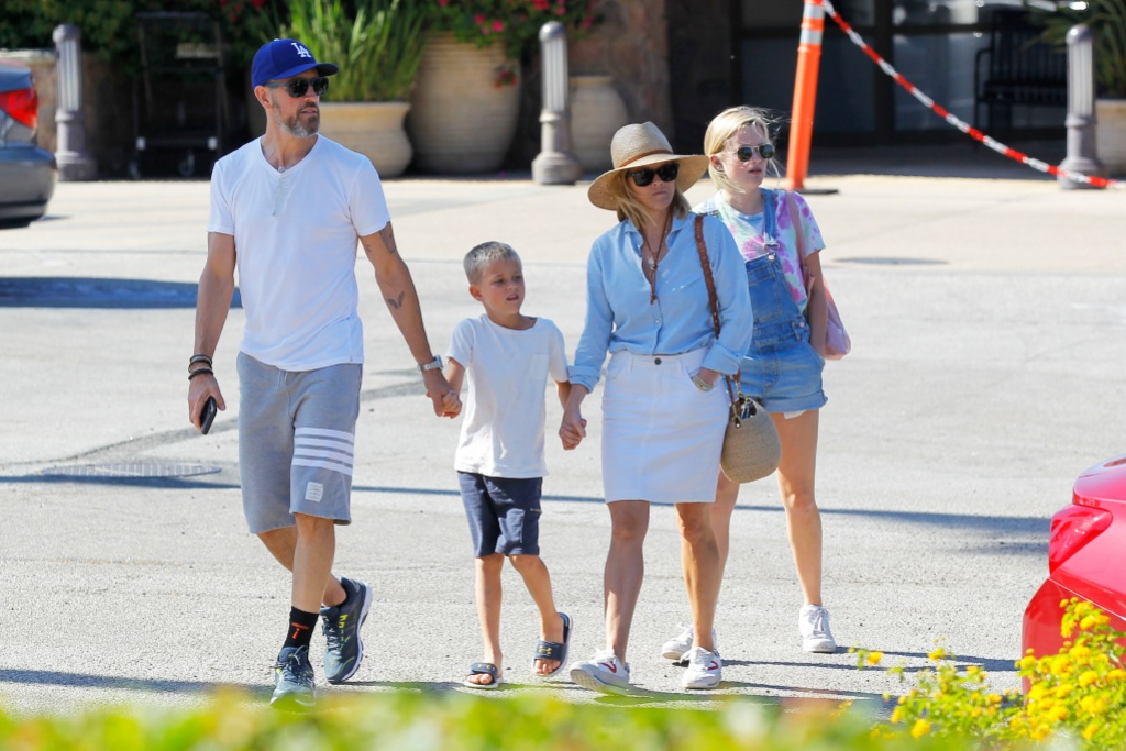 Reese Witherspoon & Husband Jim Toth Enjoy a Stroll Together in Malibu with her son Deacon and daughter Ava!