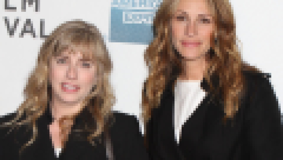 Lisa Roberts Gillan and Julia Roberts