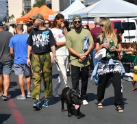 Heidi Klum and her husband Tom Kaulitz enjoy some beers as they stroll through a local flea market
