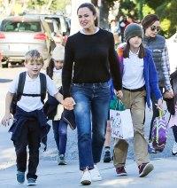 Jennifer-Garner-Gets-a-Mani-Pedi-With-Her-Kids-02