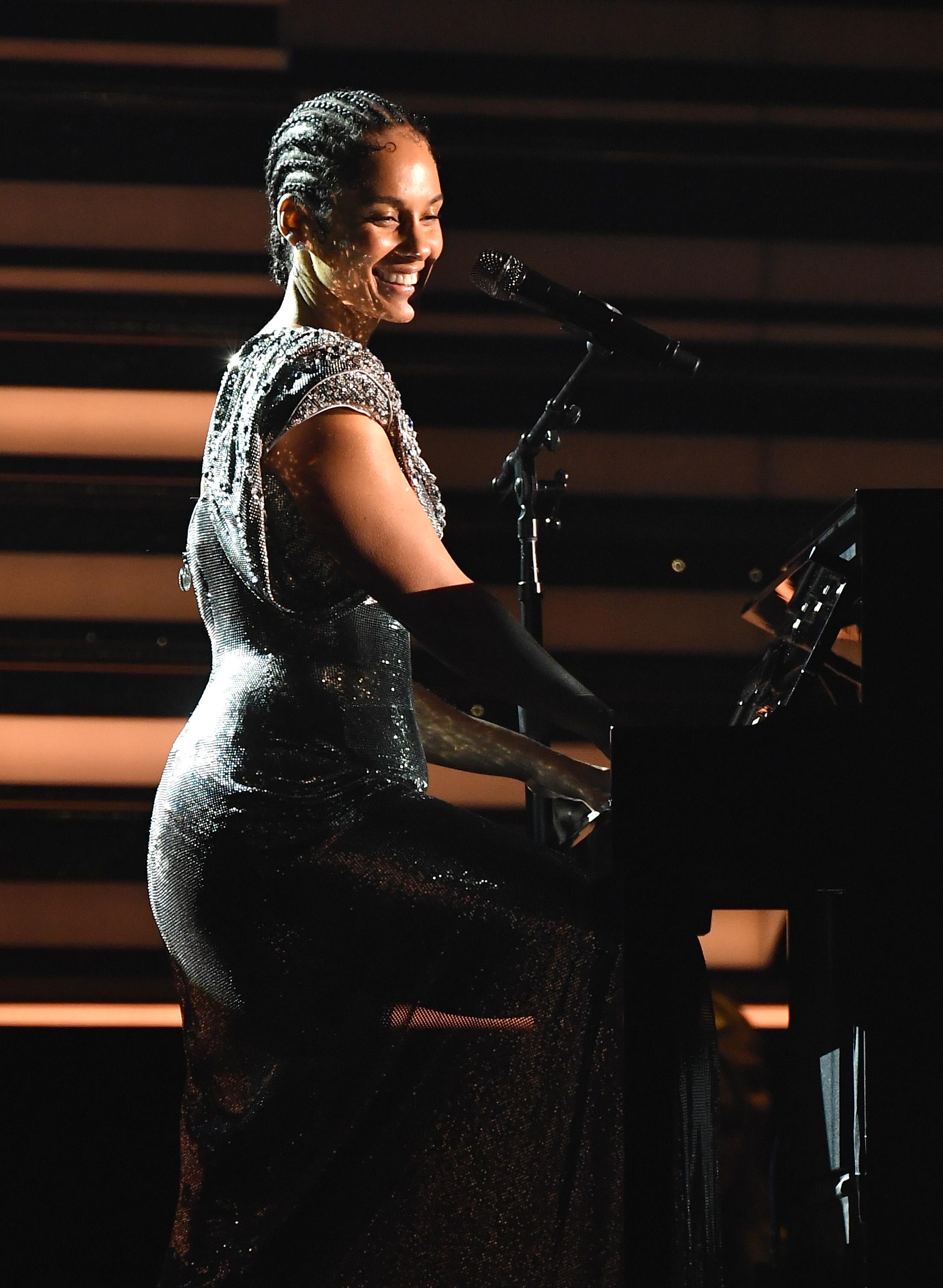 Alicia Keys Honors Kobe Bryant in Emotional Grammys 2020 Opener: 'We're All Feeling Sadness'