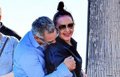 Leah Remini & husband Angelo Pagan show some PDA after lunch in Malibu, CA.