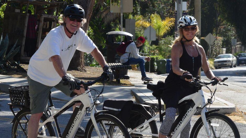 goldie-hawn-and-kurt-russell-enjoy-a-bike-ride-during-quarantine