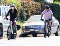 goldie-hawn-and-kurt-russell-ride-bikes-during-mothers-day-outing