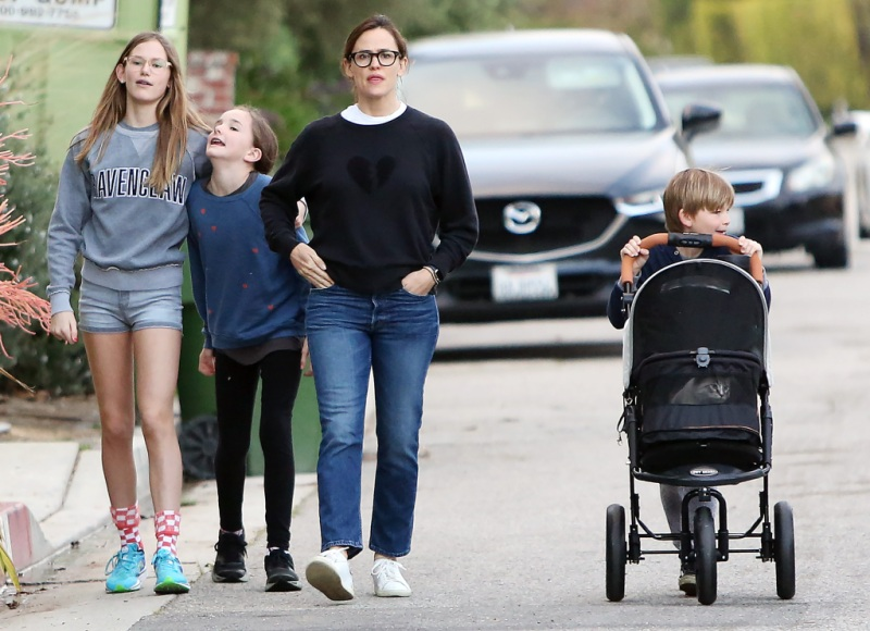 jennifer-garner-ordered-a-cat-stroller-for-walks-with-her-3-kids