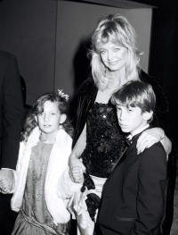 goldie-hawns-cutest-photos-with-kids-kate-oliver-wyatt-and-boston