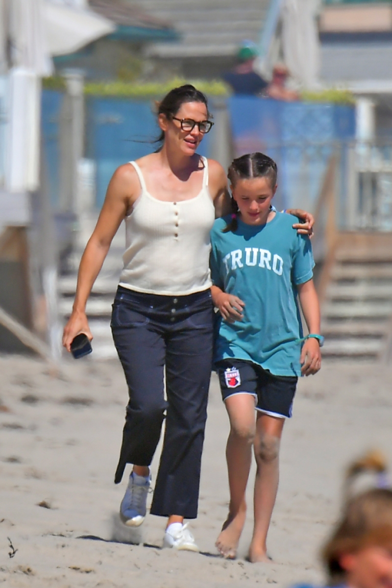 jennifer-garner-enjoys-family-beach-outing-with-her-3-kids-photos