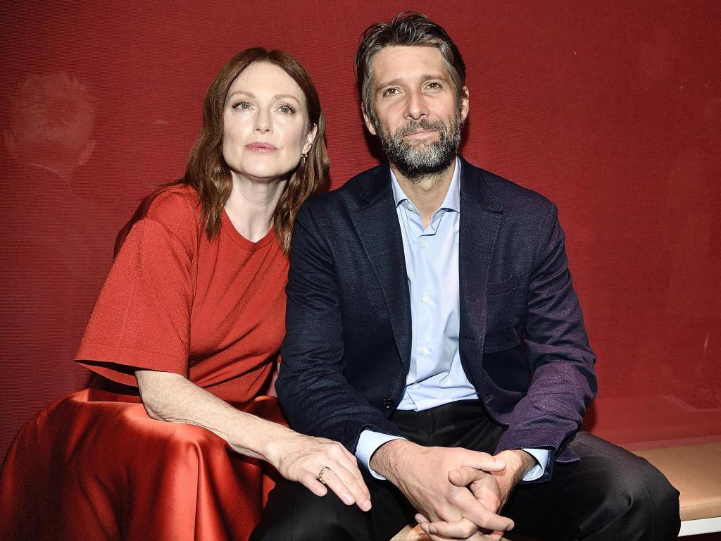 julianne-moore-stuns-in-daisy-dukes-on-17th-anniversary-with-bart