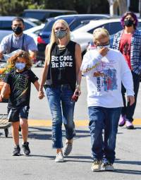 gwen-stefani-and-her-3-sons-buy-pumpkin-at-store-photos