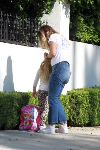 olivia-wilde-fixes-daughter-daisys-hair-on-outing-photos