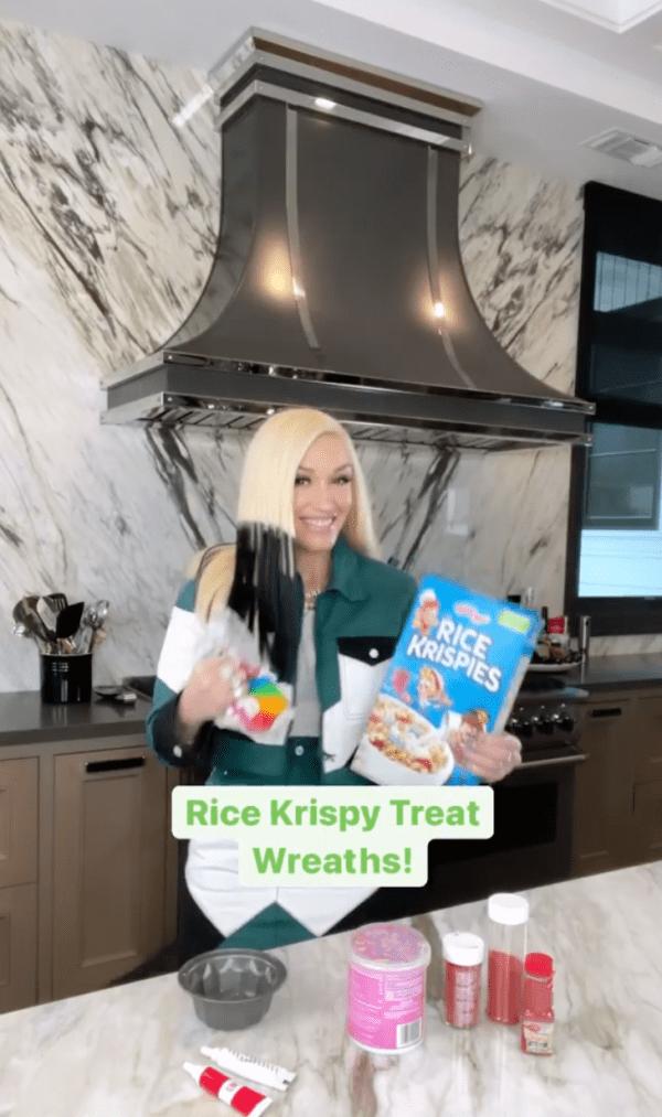 Stefani made rice krispy treats for her family in a Tiktok this feastive season. | Photo: Tiktok/Gwenstefani