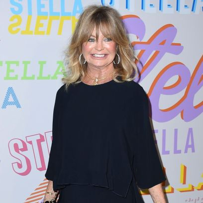 goldie-hawn-decorates-her-christmas-tree-at-home-in-cute-video