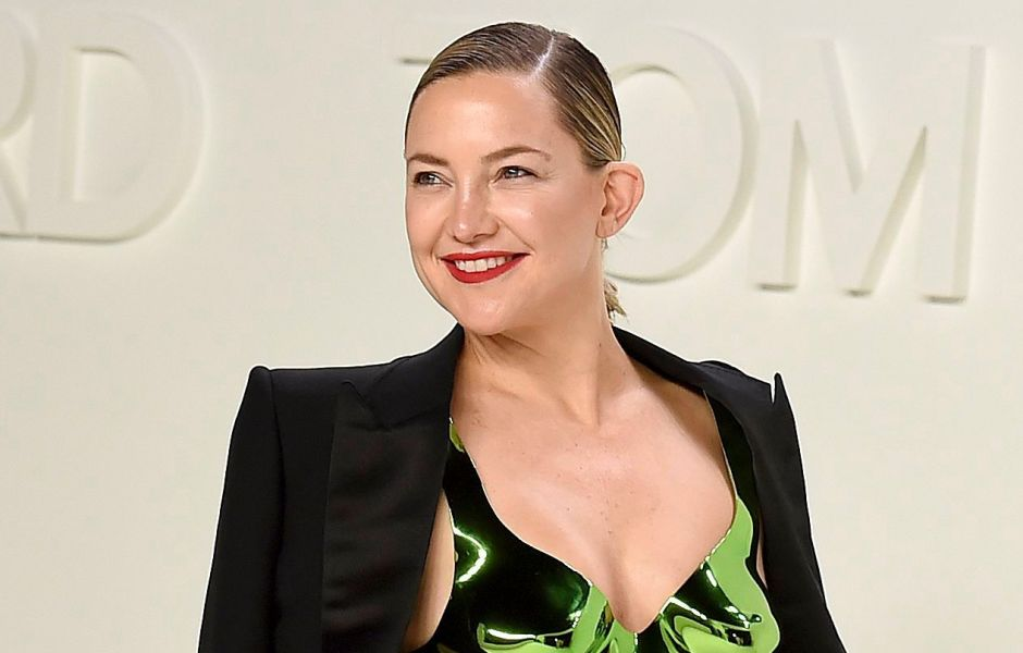 kate-hudson-shows-off-fit-figure-while-baking-cake-at-home